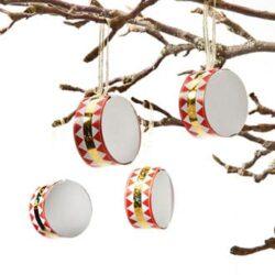 trommer med rødt og guld bånd som juletræspynt og julepynt til hjemmet