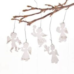 engle i hvid karton til julepynt på juletræet