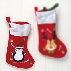julesok i rød filt med motiv af pingvin med nissehue og andre julefigurer