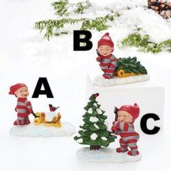 skovarbejder babynisse fælder juletræ med økse
