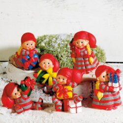 Babynisser med julegaver som bordpynt juleaften