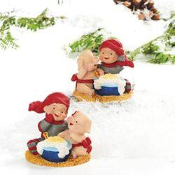 babynisse spiser risengrød sammen med en gris
