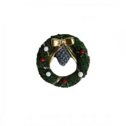 grøn dørkrans med julepynt som ekstra tilbehør til nissedør og julelandskab