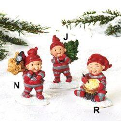 babynisse spiser risengrød på træstub