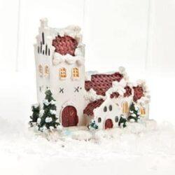 lille hvid kirke til julelandskab og julelandsby