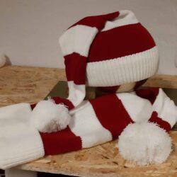 stribet fint strikket nissehue i rød og hvid med kvast