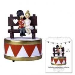 spilledåse med musik og dansk garderfigur og ballarina siddende på bænk