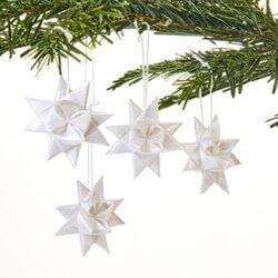 færdig flettede hvide stjerner til jul og til juletræ